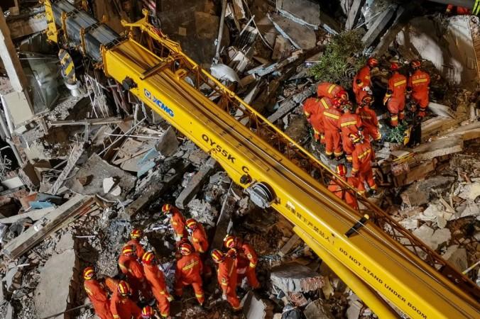 Спасатели обыскивают территорию отеля после его обрушения 12 июля 2021 года, в результате чего по меньшей мере один человек погиб и еще 10 пропали без вести в городе Сучжоу в восточной провинции Китая Цзянсу. China OUT / CNS / AFP via Getty Images   Epoch Times Россия
