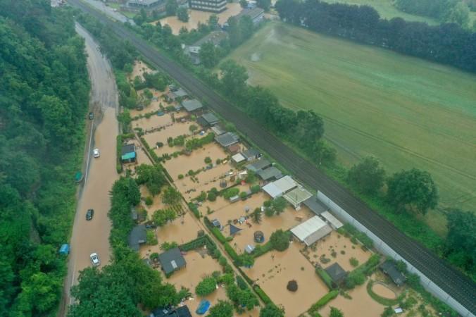 Снимок с воздуха сделан 14 июля 2021 года показывает затопленную дорогу, дома и поля в Хагене  Германии. Проливной дождь обрушился на запад страны, вызвав масштабное наводнение. INA FASSBENDER / AFP via Getty Images | Epoch Times Россия