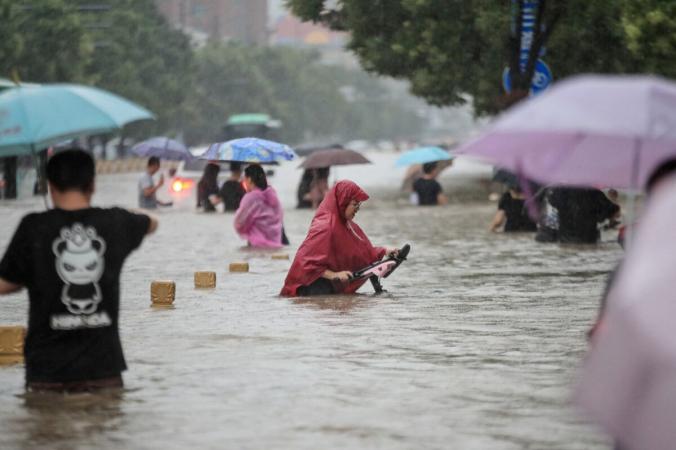 В затопленном за 4 часа Чжэнчжоу люди оказались в ловушке в метро, поездах и туннелях