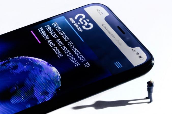 Смартфон с веб-сайтом израильской NSO Group, на котором установлено шпионское ПО Pegasus, демонстрирующийся в Париже 21 июля 2021 г. (Joel Saget / AFP via Getty Images)   Epoch Times Россия