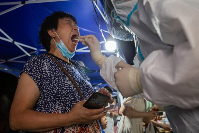 Житель проходит тест на COVID-19 в Нанкине провинции Цзянсу на востоке Китая, 21 июля 2021 г. (STR/AFP via Getty Images) | Epoch Times Россия
