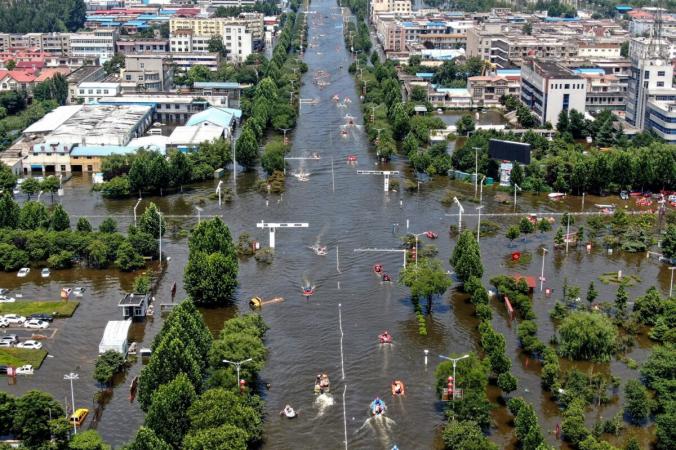 Затопленный район в городе Вэйхуэй в центральной китайской провинции Хэнань 26 июля 2021 года. (STR/AFP via Getty Images)   Epoch Times Россия