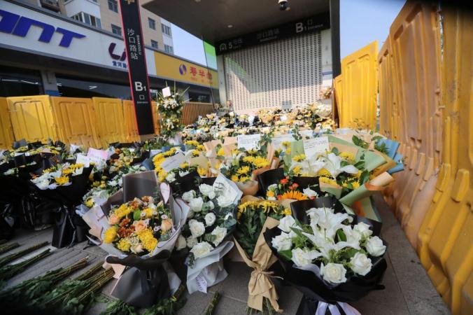 Цветы, возложенные перед станцией метро 27 июля 2021 года в память о жертвах наводнения в Чжэнчжоу, провинция Хэнань в Центральном Китае. (STR / AFP через Getty Images) | Epoch Times Россия