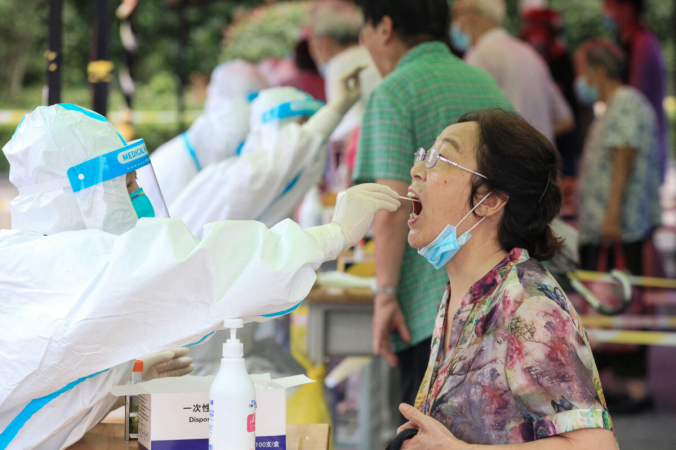 Женщина проходит тест на COVID-19 в Нанкине, провинция Цзянсу на востоке Китая, 29 июля 2021 г.  (STR/AFP via Getty Images) | Epoch Times Россия