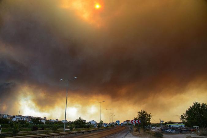 Лесной пожар на южном побережье Турции недалеко от города Манавгат, 29 июля 2021 года. Фото: by ILYAS AKENGIN/AFP via Getty Images | Epoch Times Россия
