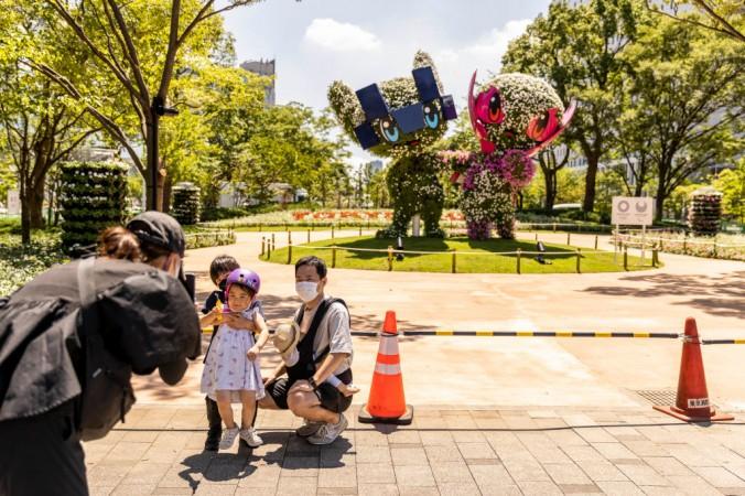 Семья фотографируется на фоне талисманов Олимпийских игр 2020 года в Токио, Мирайтова (слева) и Сомэйти (справа) 17 июля 2021 года в Токио, Япония. Летние Олимпийские игры 2020 года пройдут с 23 июля по 9 августа. Maja Hitij/Getty Images | Epoch Times Россия
