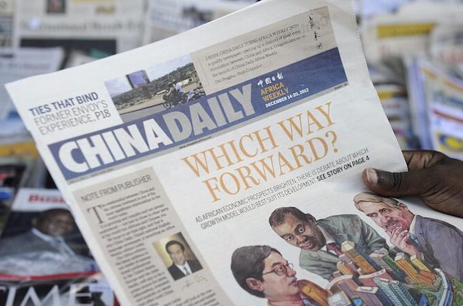 Экземпляр издания Африка китайского ежедневникаChinaDailyперед газетным киоском в Кении 14 декабря 2012 года. (TonyKarumba/AFPviaGettyImages) | Epoch Times Россия