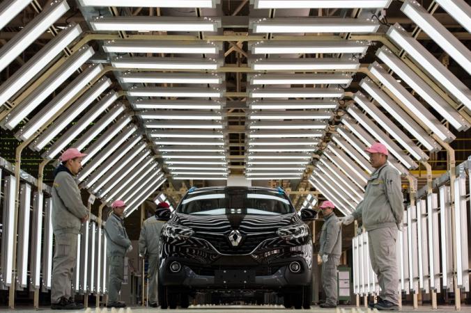 Китайские рабочие стоят рядом с автомобилем Renault на производственной линии завода Renault-Dongfeng в Ухане, провинция Хубэй, 1 февраля 2016 г. (Johannes Eisele / AFP / Getty Images) | Epoch Times Россия