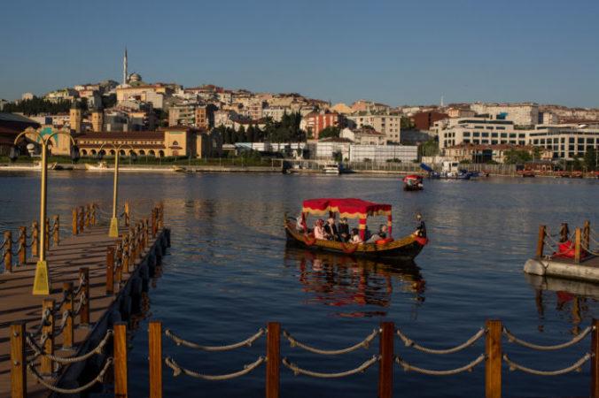 Катание на лодках в бухте «Золотой Рог», Турция. Фото: Chris McGrath/Getty Images | Epoch Times Россия
