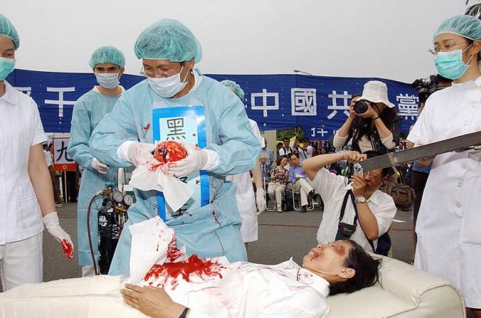 В Тайпее 23 апреля 2006 года представлена инсценировка удаления органов у последователей Фалуньгун по указанию компартии Китая. (Crédit photo PATRICK LIN/AFP via Getty Images) | Epoch Times Россия
