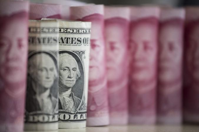 Китайские банкноты в 100 юаней и банкноты в один доллар США в Пекине 6 января 2017 г. (Fred Dufour/AFP via Getty Images) | Epoch Times Россия