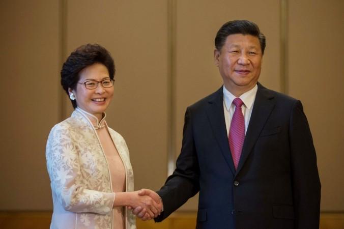 Китайский лидер Си Цзиньпин (справа) обменивается рукопожатием с исполнительным директором Гонконга Кэрри Лам (слева) во время встречи в Гонконге 1 июля 2017 г. (Billy H.C. Kwok/AFP/Getty Images)   Epoch Times Россия