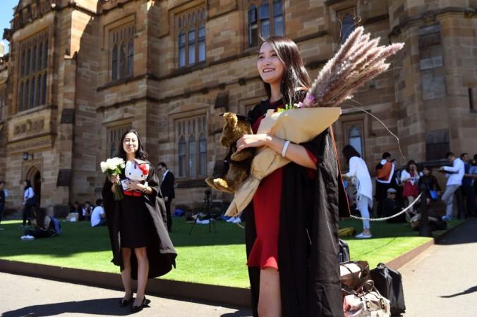 Студентка из Китая позирует для выпускных фотографий в Сиднейском университете в Австралии, 12 октября 2017 г. (William West / AFP via Getty Images)   Epoch Times Россия