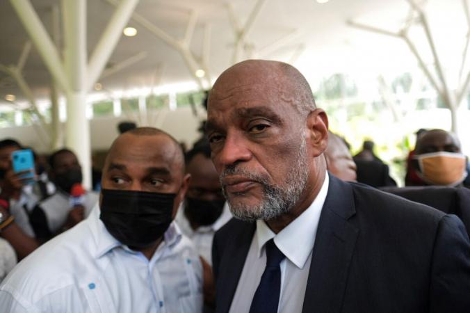 Ариэль Генри, назначенный покойным президентом Гаити Жовенелем Моизом новым премьер-министром всего занесколько дней доего убийства, прибыл наофициальную поминальную службу вПорт-о-Пренсе, Гаити, 20июля 2021 года. (Ricardo Arduengo/Reuters) | Epoch Times Россия