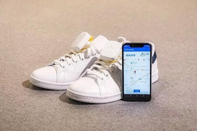 Экран приложения для смартфона Ashirase и устройство вибрации, прикрепленное к обуви. (Изображение: Honda) | Epoch Times Россия