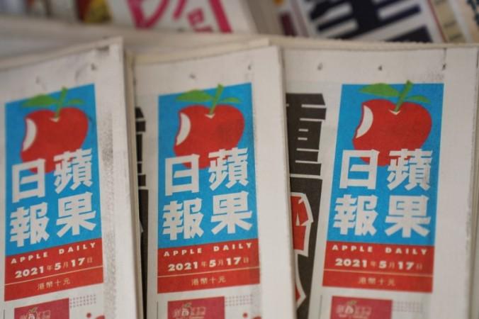 Копии газет AppleDaily от NextDigital можно увидеть в киоске в Гонконге 17 мая 2021 г. (LamYik / Reuters) | Epoch Times Россия