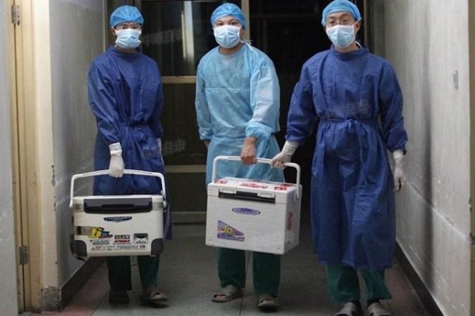 Врачи несут свежие органы для пересадки в больницу в провинции Хэнань, Китай, 16 августа 2012г. (Screenshot via Sohu.com) | Epoch Times Россия