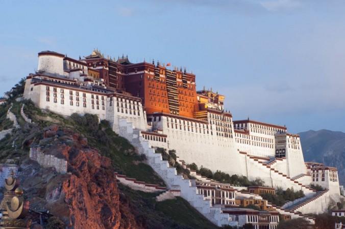 Potala Palace Lhasa Tibet 1200x798 1 676x450 1 - Компартия Китая заставила буддийских монахов хором петь восхваляющие её песни (Видео)