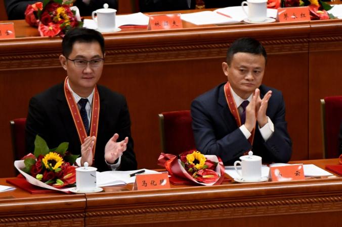 Соучредитель Alibaba Джек Ма (справа) аплодирует генеральному директору Tencent Holdings Пони Ма во время встречи, посвященной 40-летию политики «реформ и открытости» Китая в Большом зале народных собраний в Пекине 18 декабря 2018 года. (Ван Чжао / AFP через Getty Images) | Epoch Times Россия