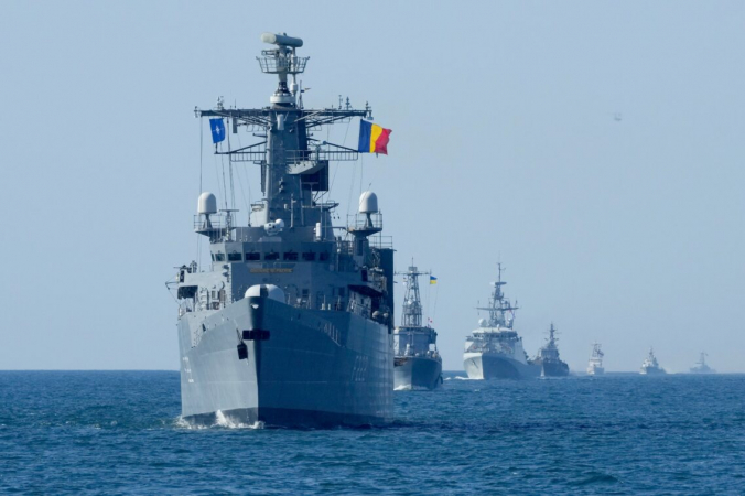 Военные корабли НАТО находятся в боевом строю во время маневров Sea Breeze 2021 в Чёрном море 9 июля 2021 года. (Efrem Lukatsky /AP Photo) | Epoch Times Россия