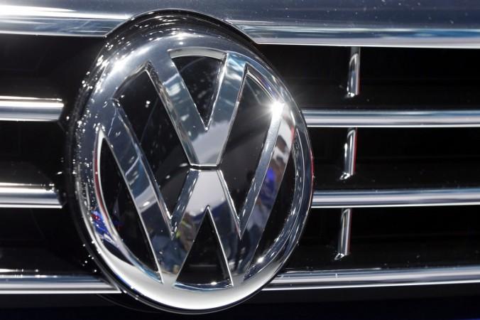 Логотип Volkswagen на автомобиле сфотографирован на выставке автомобилей во Франкфурте, Германия, 22 сентября 2015 г. (Michael Probst / AP Photo) | Epoch Times Россия