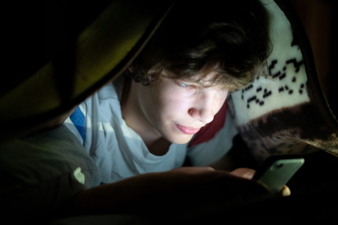 Использование подростками гаджетов перед сном приводит к его нарушению