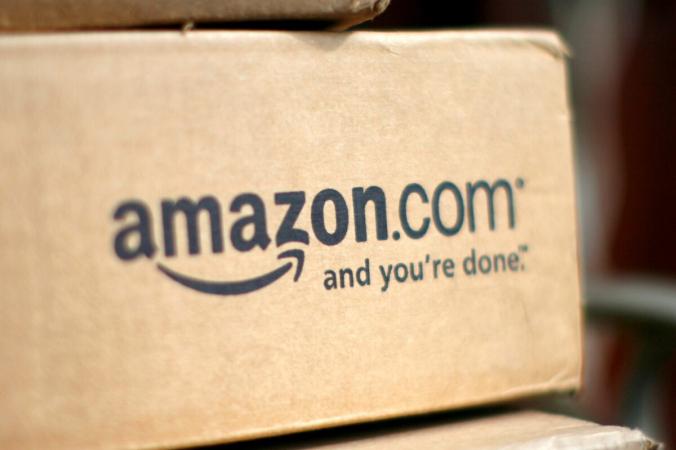 Коробка с надписью Amazon.com видна на крыльце дома в Голдене, штат Колорадо, 23 июля 2008 г. (Rick Wilking / Reuters)   Epoch Times Россия