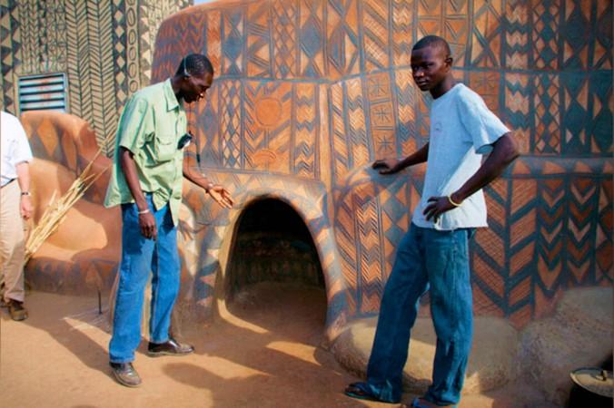 Жители африканской деревни живут в богемной обстановке