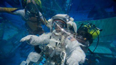 Российские космонавты на МКС могут лишиться скафандров