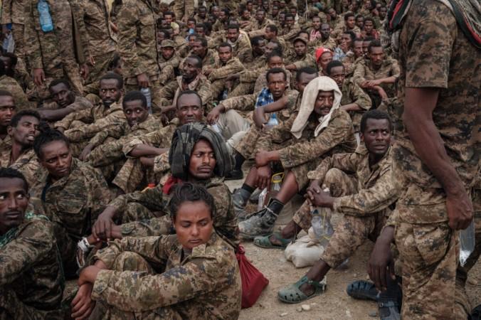 Пленные эфиопские солдаты прибывают в реабилитационный центр в Мекеле, столице региона Тыграй, Эфиопия, 2 июля 2021 г. (Yasuyoshi Chiba / AFP via Getty Images) | Epoch Times Россия