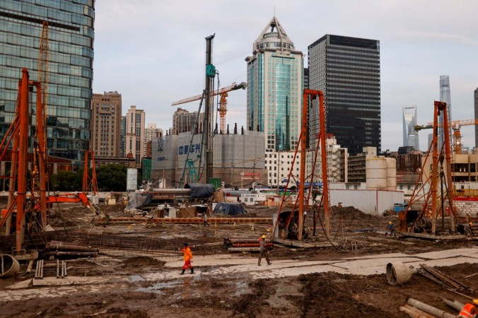 Рабочие трудятся на стройке в Шанхае, Китай, 12 июля 2021 г. (Aly Song / Reuters)   Epoch Times Россия