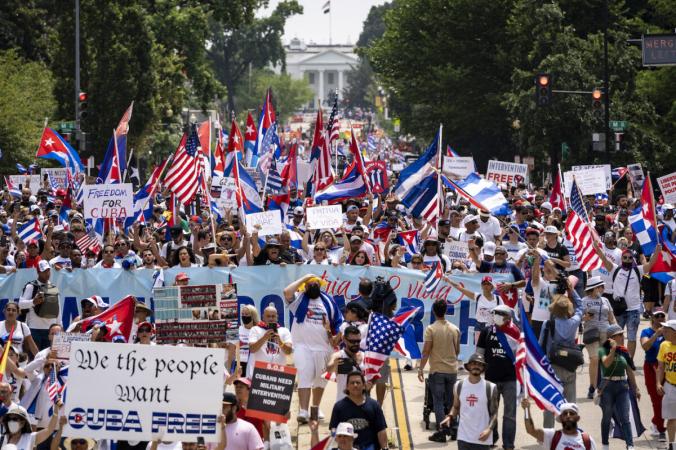 Тысячи американцев присоединяются к маршу за свободу Кубы возле Белого дома
