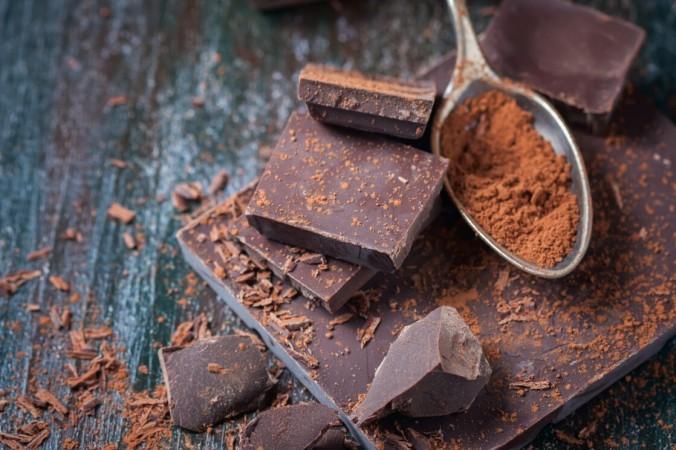 Темный шоколад (не менее 70 процентов какао) - отличный источник полифенолов, которые действуют как антиоксиданты и нейтрализуют свободные радикалы. | Epoch Times Россия