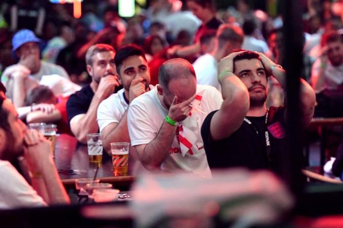 Мечта Англии о Евро-2020 рухнула после сокрушительного пенальти, болельщики в отчаянии