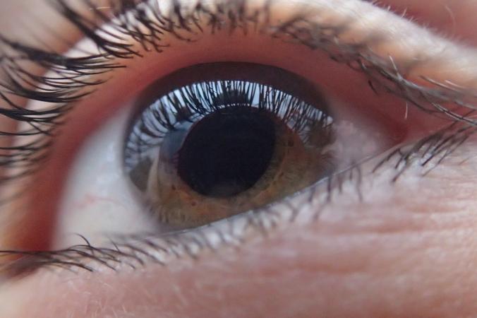 У перенёсших COVID-19 нередко перед глазами появляются пятна