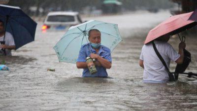 Тяжелобольные в Китае полагаются на ручные респираторы из-за отключения электроэнергии во время наводнений