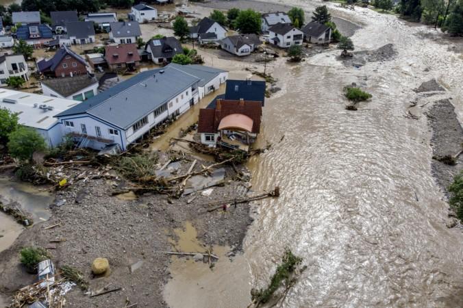Повреждённые дома на реке Ар в Инсуле, западная Германия, 15 июля 2021 г. (Michael Probst / AP Photo) | Epoch Times Россия