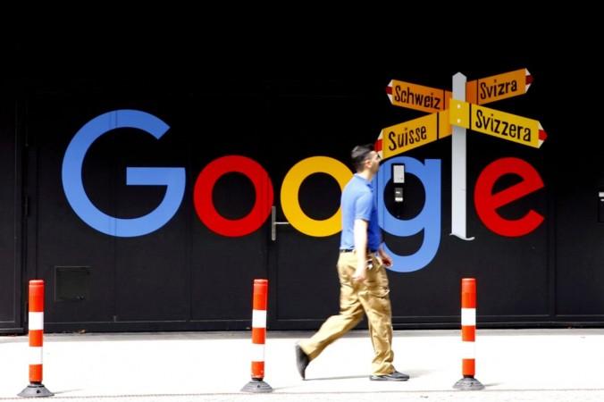 Мужчина проходит мимо логотипа Google Alphabet Inc. перед офисным зданием в Цюрихе, Швейцария, 1 июля 2020 г. (Arnd Wiegmann / Reuters) | Epoch Times Россия
