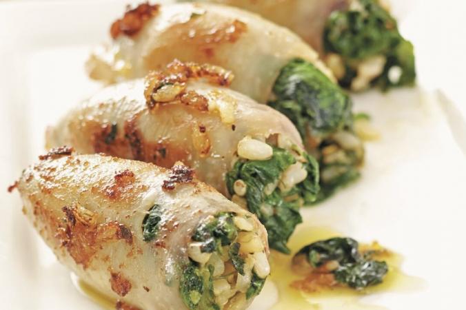 Тушеный молодой кальмар, фаршированный рисом и шпинатом предлагает сказочный вкус Средиземноморья.(Фотография из
