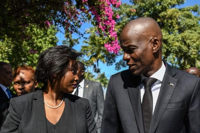 Покойный президент Гаити Жовенель Моиз (справа) прибывает спервой леди Мартин Моиз (слева) наофициальную церемонию впамять о10-й годовщине землетрясения наГаити вПорт-о-Пренсе 12января 2020г. (Фото Chandan Khann / AFP) | Epoch Times Россия