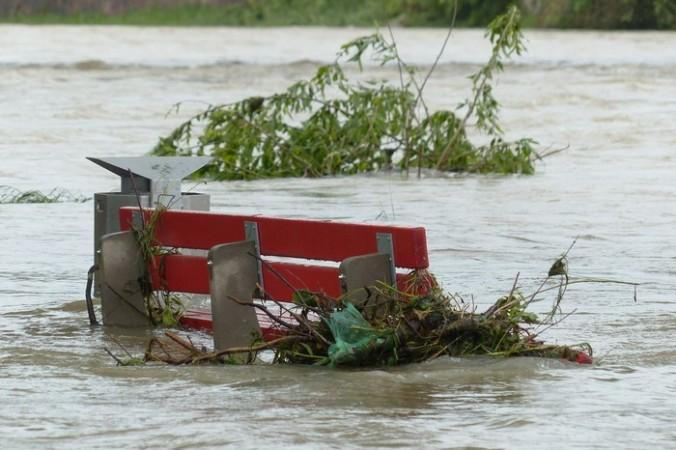 В Казани ураган с ливнем снёс крыши, свалил деревья на женщин и подтопил город (Видео)