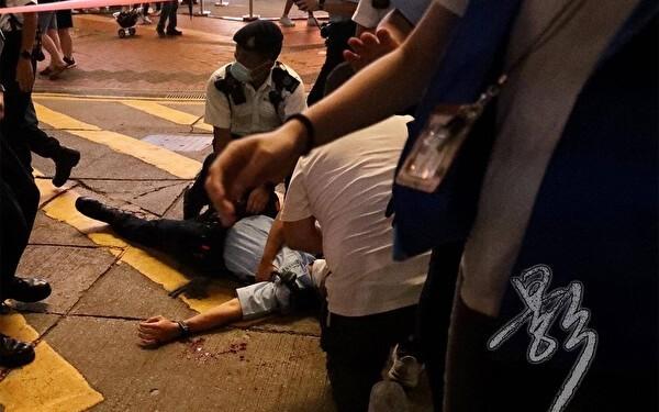 Лён Кин-Фай зарезал полицейского, дежурившего в Козуэй-Бэй, а затем ударил себя ножом в грудь в Гонконге, 1 июля 2021 г. (Bai Ying/The Epoch Times) | Epoch Times Россия