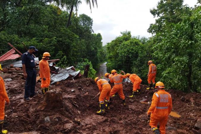 Поисково-спасательная операция после схода оползня в результате сильных дождей в районе Ратнагири, штат Махараштра, Индия, 25 июля 2021 г. Фото: National Disaster Response Force/Handout via Reuters | Epoch Times Россия