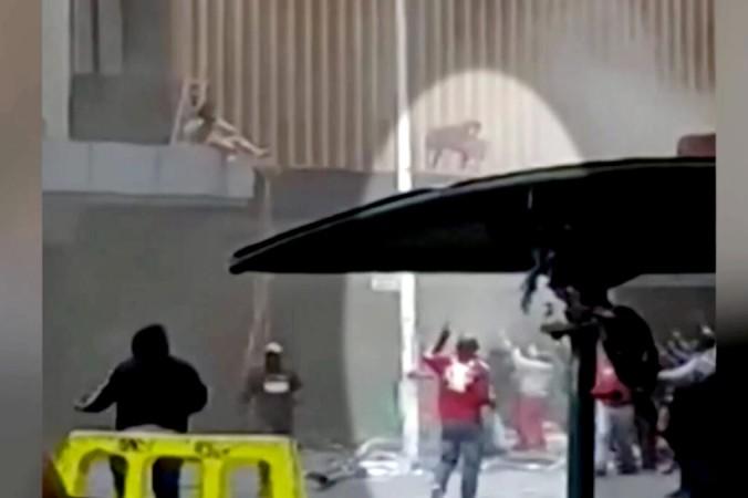 На этом кадре из видео мать бросает ребёнка в толпу на улице в Дурбане, Южная Африка, 13 июля 2021 года (Reuters/Screenshot via NTD) | Epoch Times Россия