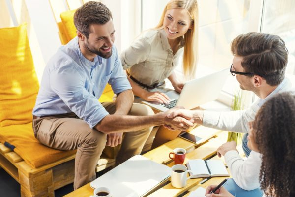Исследования показывают, что компании с позитивной культурой, характеризующиеся добротой, сочувствием, поддержкой и взаимопониманием, имеют лучшие результаты для всех. (g-stockstudio / iStock) | Epoch Times Россия