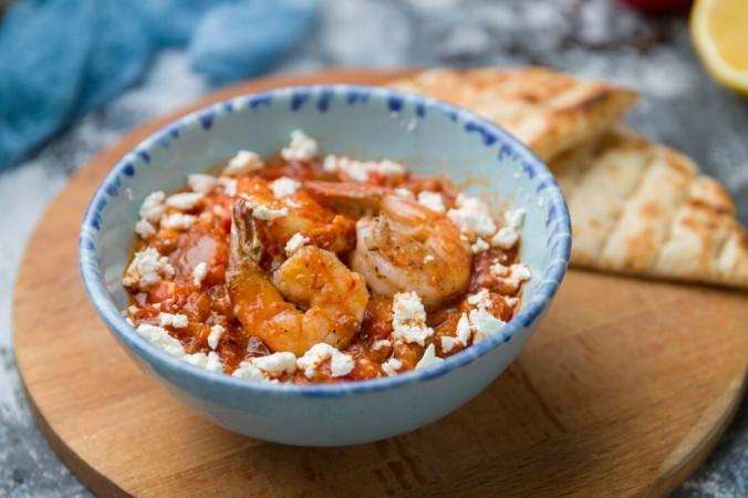 Классическое греческое блюдо: креветки с помидорами и сыром фета