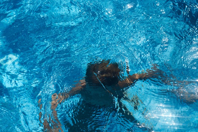 swimming pool 2 676x450 1 - Подросток недолго думая прыгнул в бассейн и вытащил утонувшего ребёнка