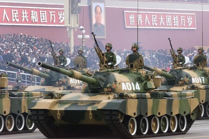 Колонна танков Народно-освободительной армии Китая проходит перед площадью Тяньаньмэнь в Пекине 1 октября 1999 года во время парада в честь национального дня. Robyn Beck/AFP via Getty Images | Epoch Times Россия