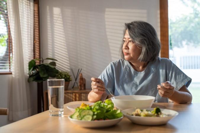 woman eating a salad 1200x800 1 676x450 1 - Что нужно знать о воспалении