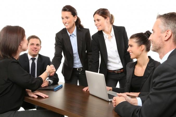 Люди пожимают друг другу руки во время рабочей встречи на стоковой фотографии. (Pixabay) | Epoch Times Россия